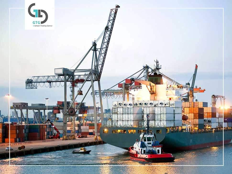 کشتی تجاری در بندر